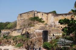Vista de la fortaleza desde las calles aledañas a la costa.
