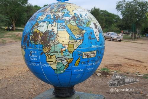 Una bola del mundo que se encuentra en el inicio del parque