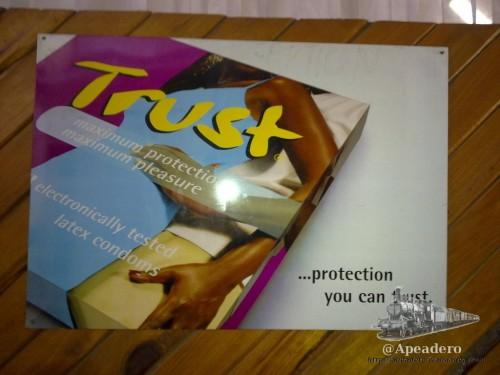 Esta publicidad no es muy diferente a lo que estamos acostumbrados por aquí. Encontrarlo precisamente en Uganda me pareció algo muy positivo, ya que es uno de los paises con mayor índice de VIH del mundo.