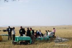 Un picnic en mitad de la sabana con más trabajadores que comensales, ¿porqué no?