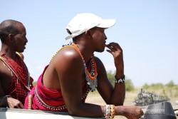 """No le queda muy bien la gorrita, ¿verdad? Estos dos """"auténticos"""" masais iban acompañando a una pareja de un lodge de lujo."""