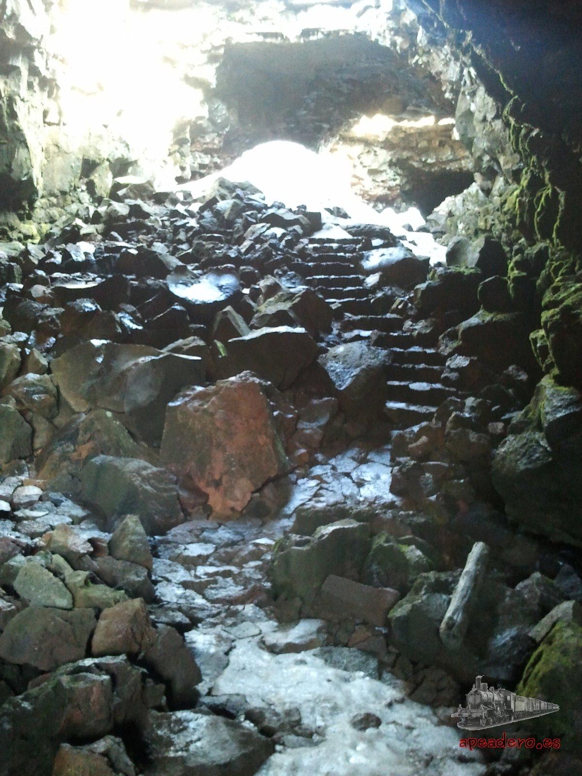 La entrada a la cueva, igual que muchos otros lugares de Islandia, tiene un aura mágica que la hace muy especial.