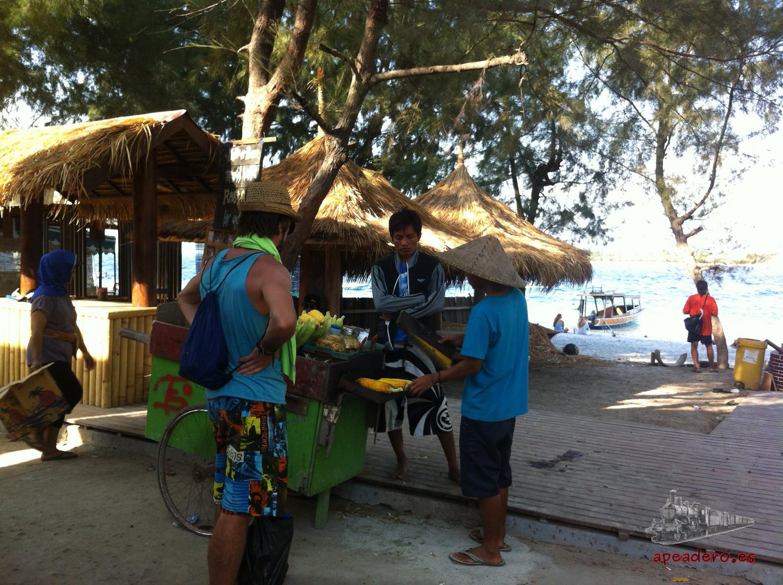 El ambiente diurno de 'la Gili de la fiesta' lo resume esta imagen: gente tranquilamente disfrutando de la playa, señores vendiendo sus productos, algunos turistas y viajeros...