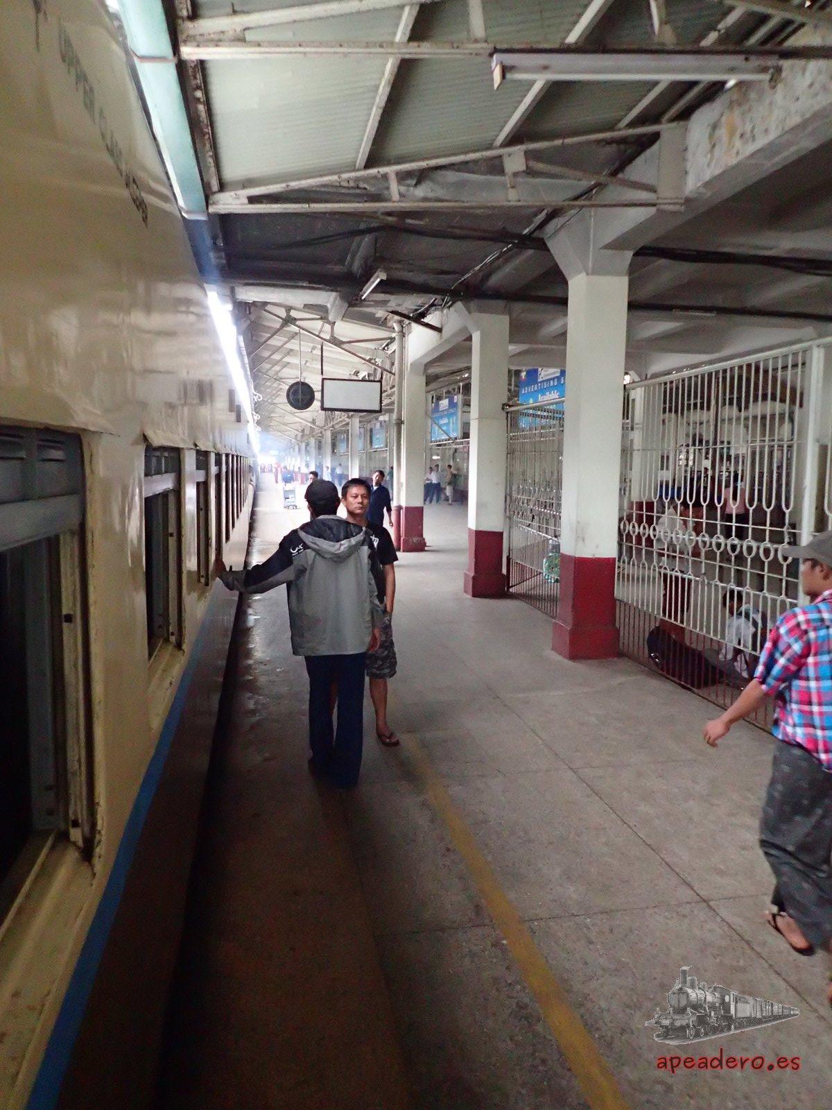 Anden del tren para llegar del aeropuerto de yangon al centro