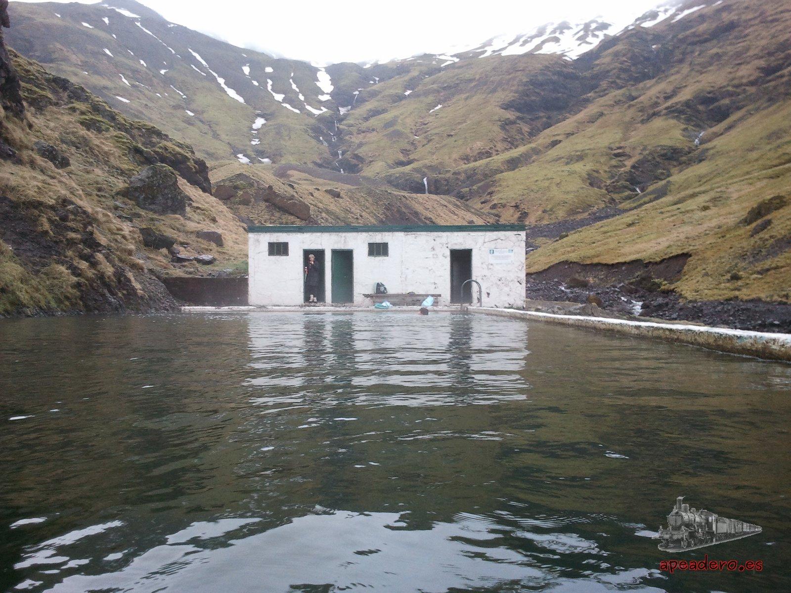La vieja piscina termal de Seljavallalaug conserva sus vestuarios, aunque se conserva en muy mal estado.