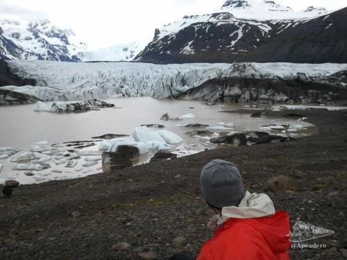 Cuando te aproximes al glaciar encontrarás algunos senderos desdibujados. Hacía la derecha parece el más fácil y seguro.