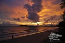En la misma playa de Ao Nang, sentado en el paseo marítimo, puedes disfrutar de uno de los mejores atardeceres del mundo.