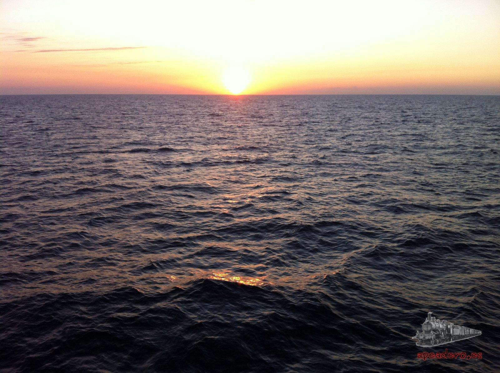 Ver un atardecer cayendo sobre el mar de Flores vale mucho la pena, máxime cuando el mar está tan tranquilo.