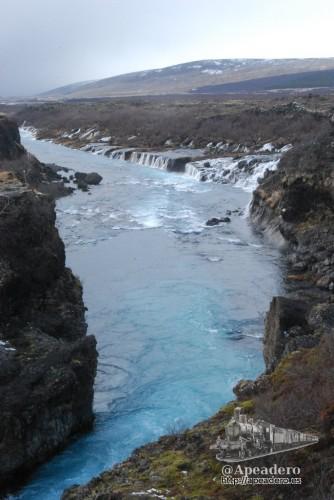 El azul intenso del río nos daba una idea de lo helada que estaría el agua.