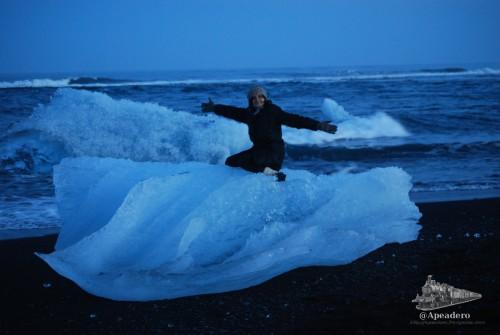 """El río que forma el glaciar desemboca al cabo de pocos metros en el mar y en él se deshacen completamente los """"pequeños"""" trozos de hielo que expulsa el glaciar. Algunos, como este, quedan varados en la playa."""