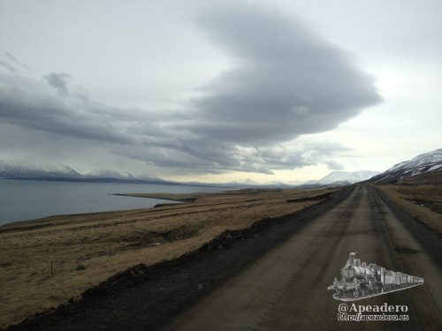 El camino a Grettislaug es una pista sin asfaltar con algunos agujeros como se puede ver en la imagen.