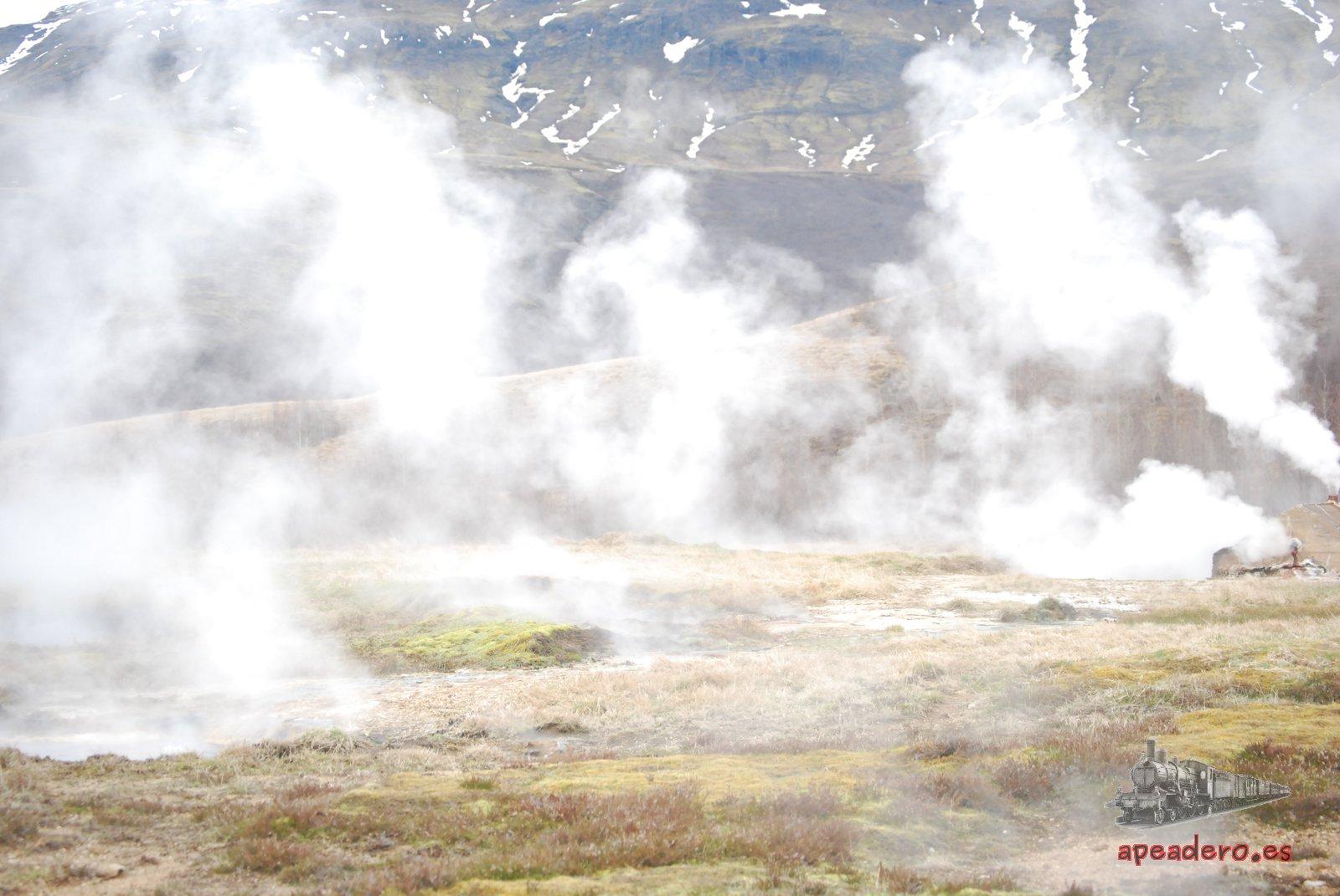 El área de Geysir es un campo lleno de suelos que emanan vapor, geisers y piscinas de lodo.