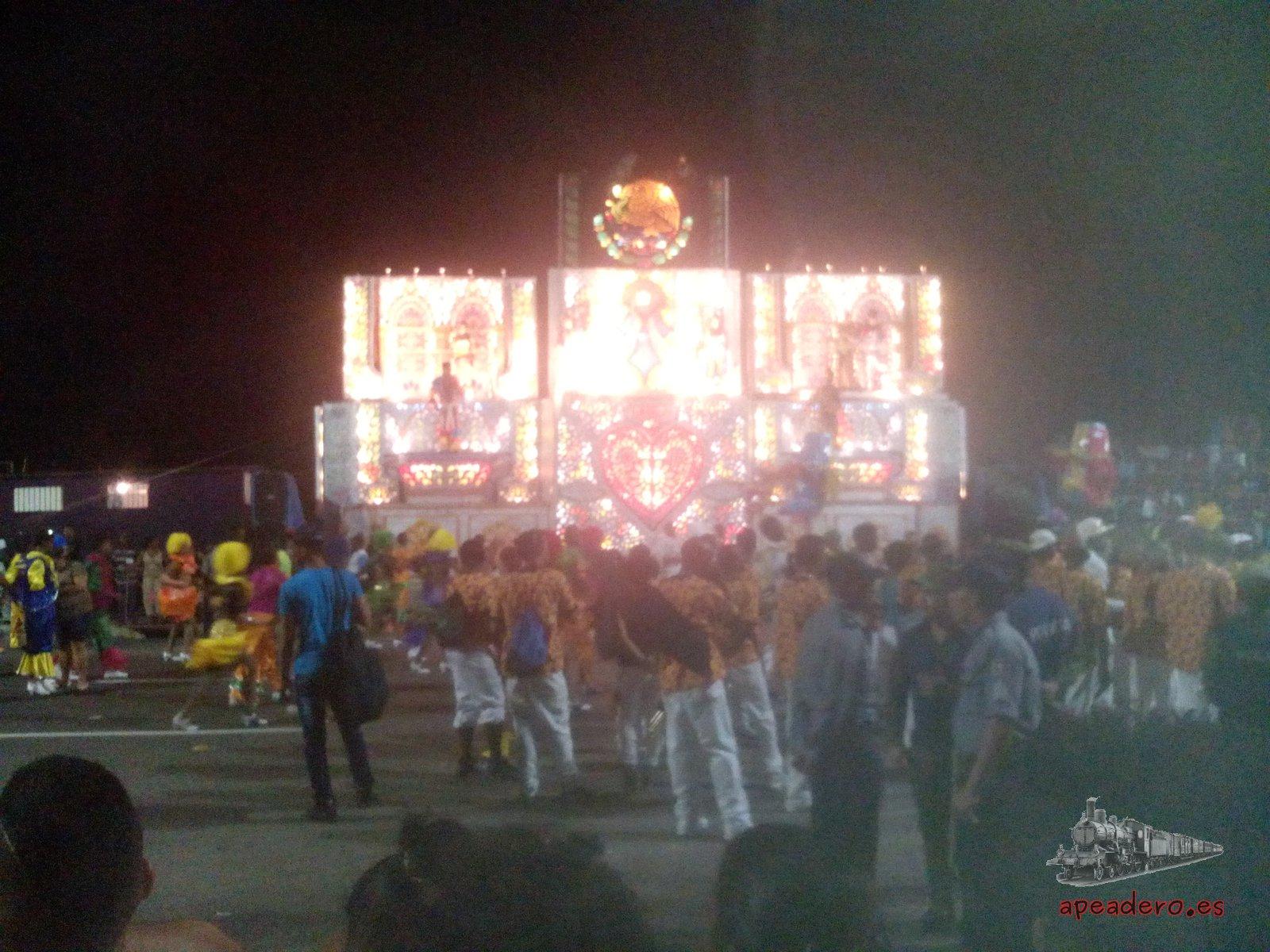 Desgraciadamente esta es la única foto que conservamos del carnaval de La Habana. Tiene una pésima calidad ya que la tomamos con la cámara, pues nos habían dicho que había muchos carteristas en el carnaval y, la verdad, creo que es más peligroso Valencia en fallas. Los cubanos son muy exagerados.