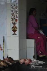 Mujer esperando su turno en la carnicería.