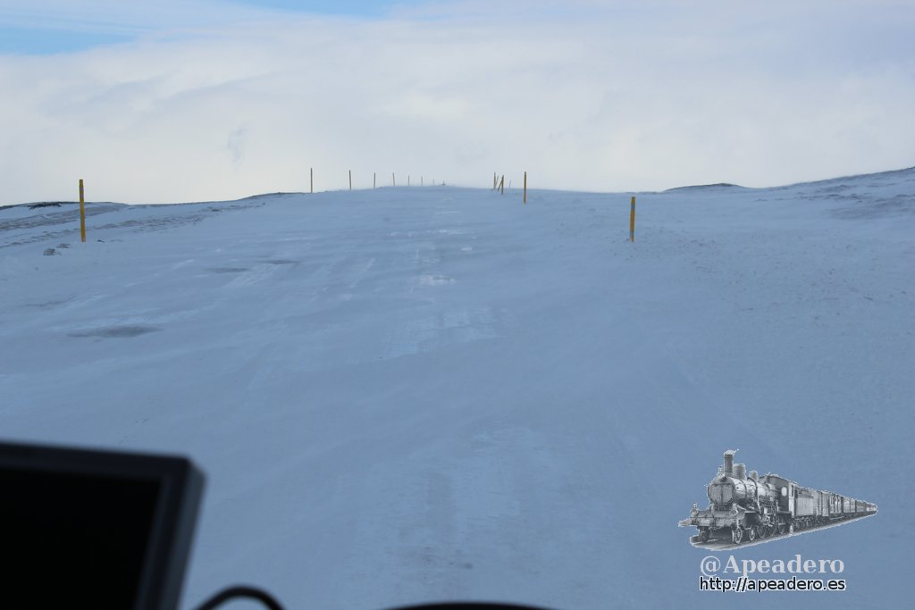 Eso que se ve entre los palos amarillos es la carretera. Por ahí circulábamos con una autocaravana: una locura!!
