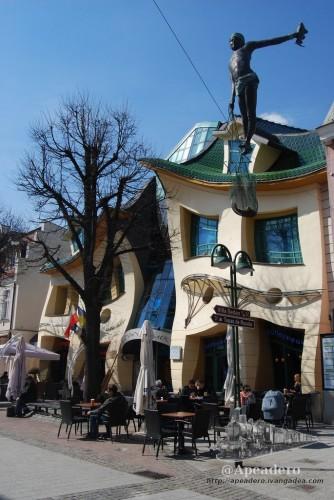 Esta es la casa torcida de Sopot, una pasada por fuera que me hubiera gustado ver por dentro.