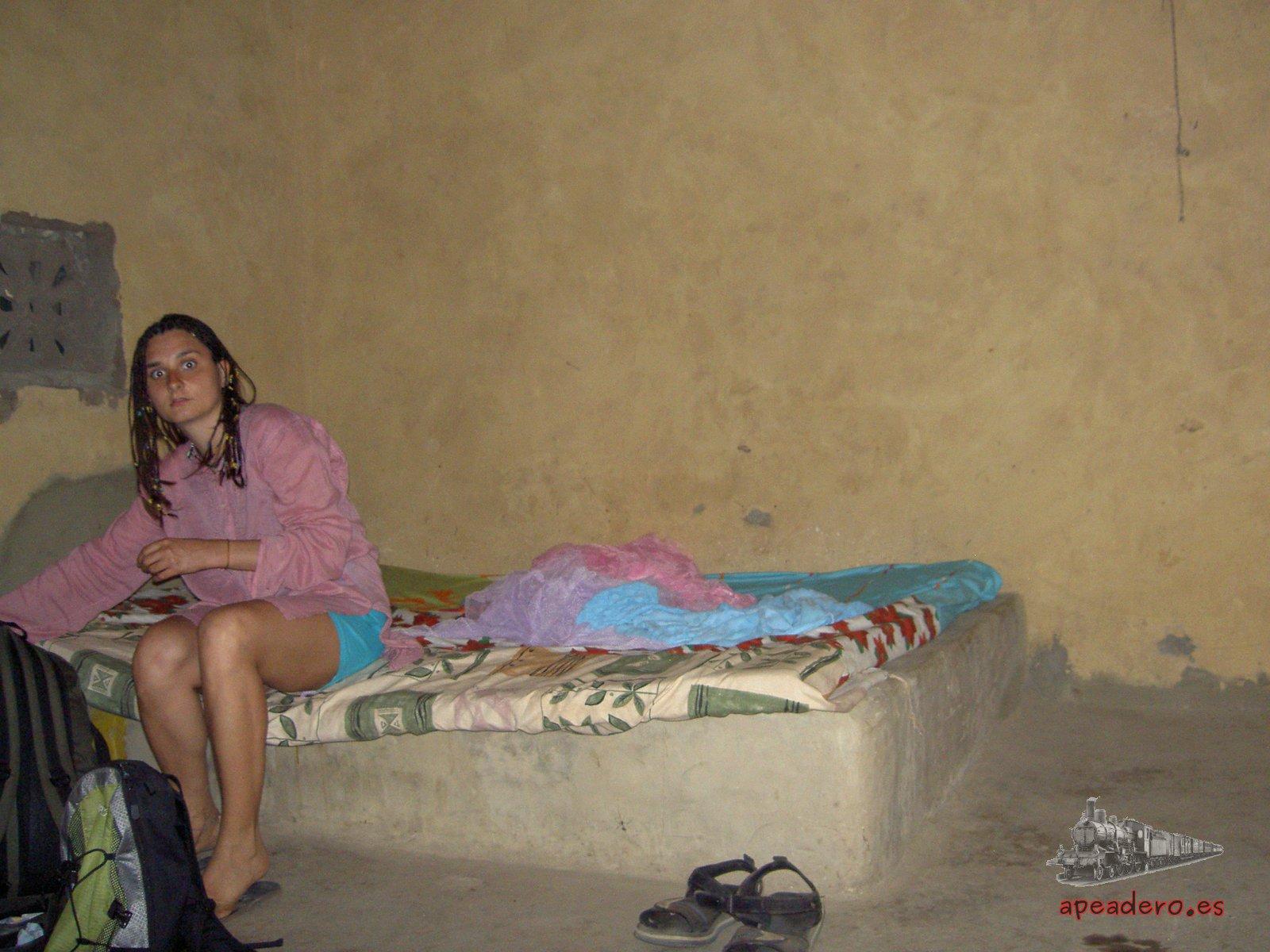 Nuria preparando la mosquitera para dormir en la modesta casa del camionero de Kafountine.
