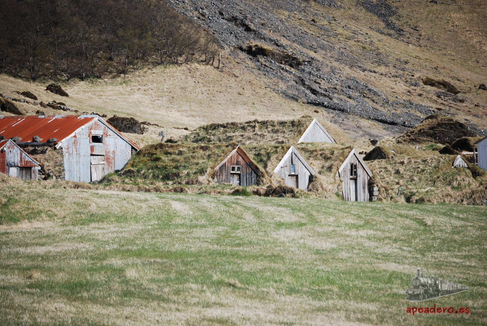 Desgraciadamente, para acercarse a las casas de tejado de turba hace falta un buen teleobjetivo o saltarse una valla.