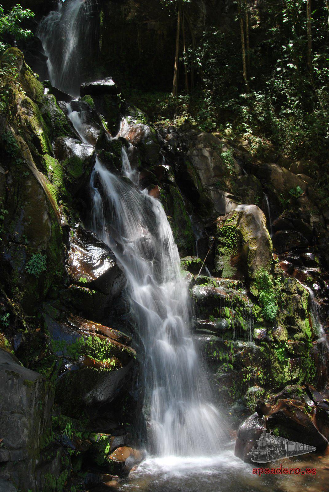 La Cascada de San Ramón es una pequeña catarata al lado de la carretera. Es bonita por el entorno, pero tampoco te pierdes nada si no la visitas. A sus pies hay quien se baña, pero el agua está realmente fría y necesitas calzado adecuado por las piedras que hay.