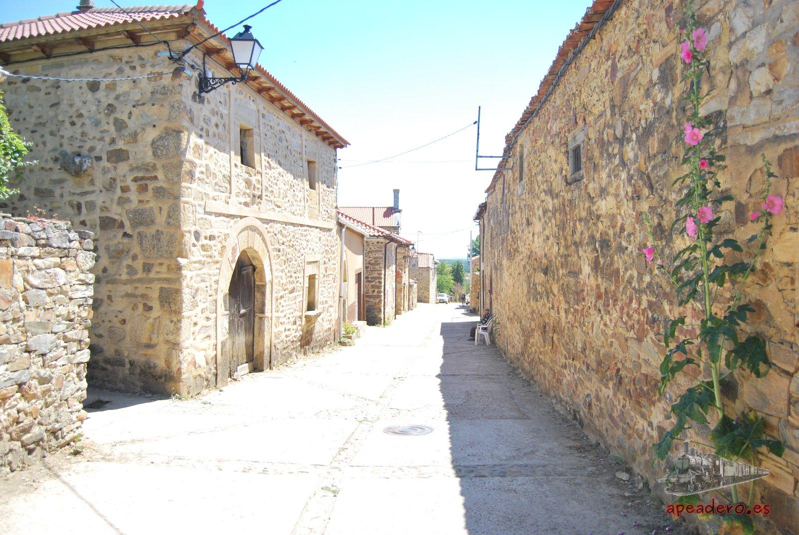 El pequeño pueblo de Castrillo está tan cerca que se puede ir andando.