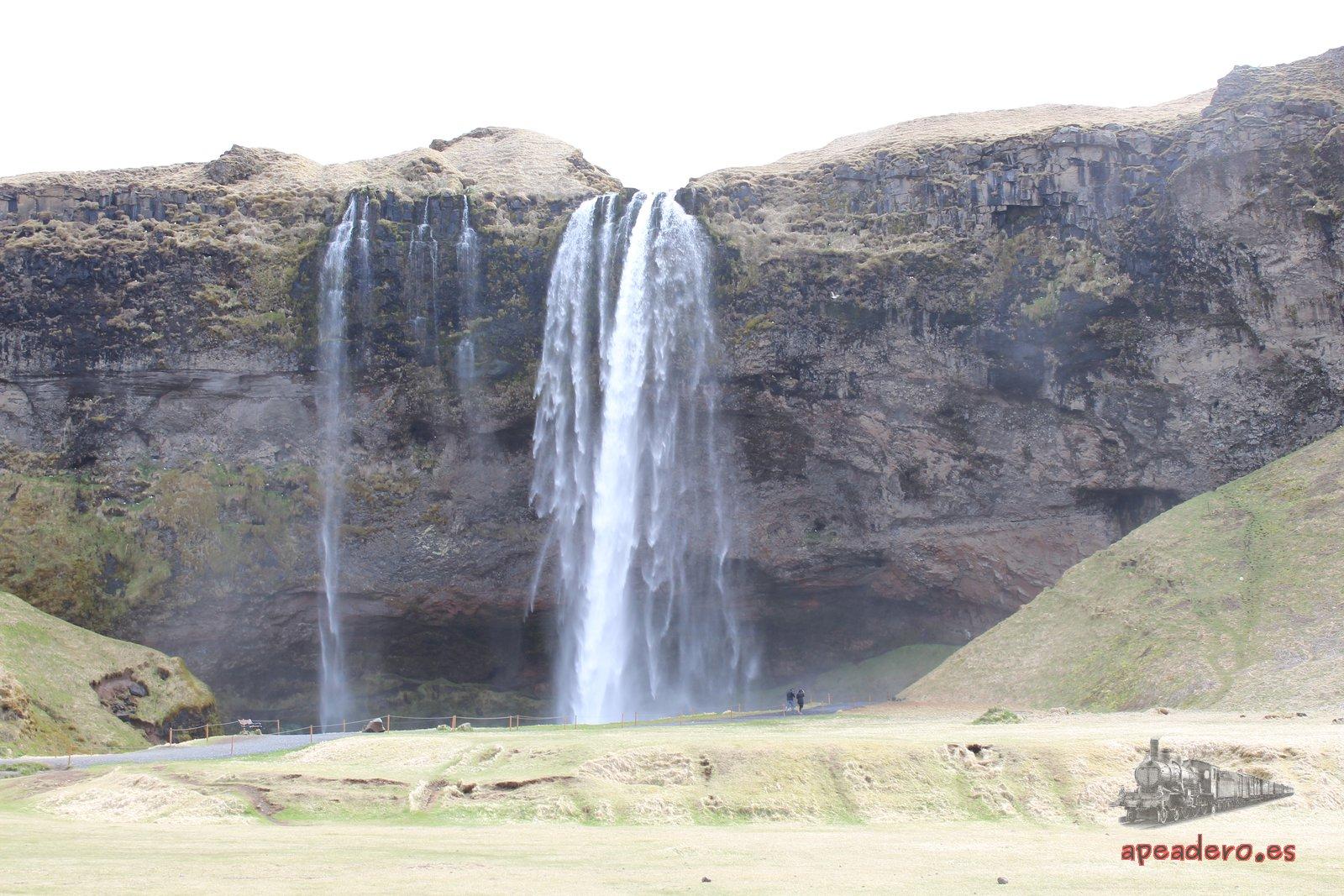 La catarata de Seljalandsfoss no llevaba mucha agua ese día.
