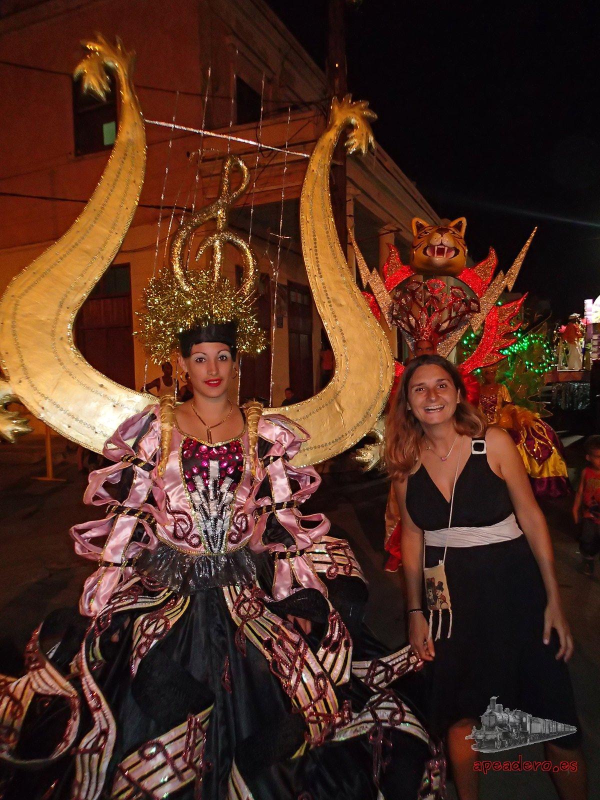 Un disfraz musical de Cienfuegos el día que visitamos el carnaval de La Habana y Cienfuegos