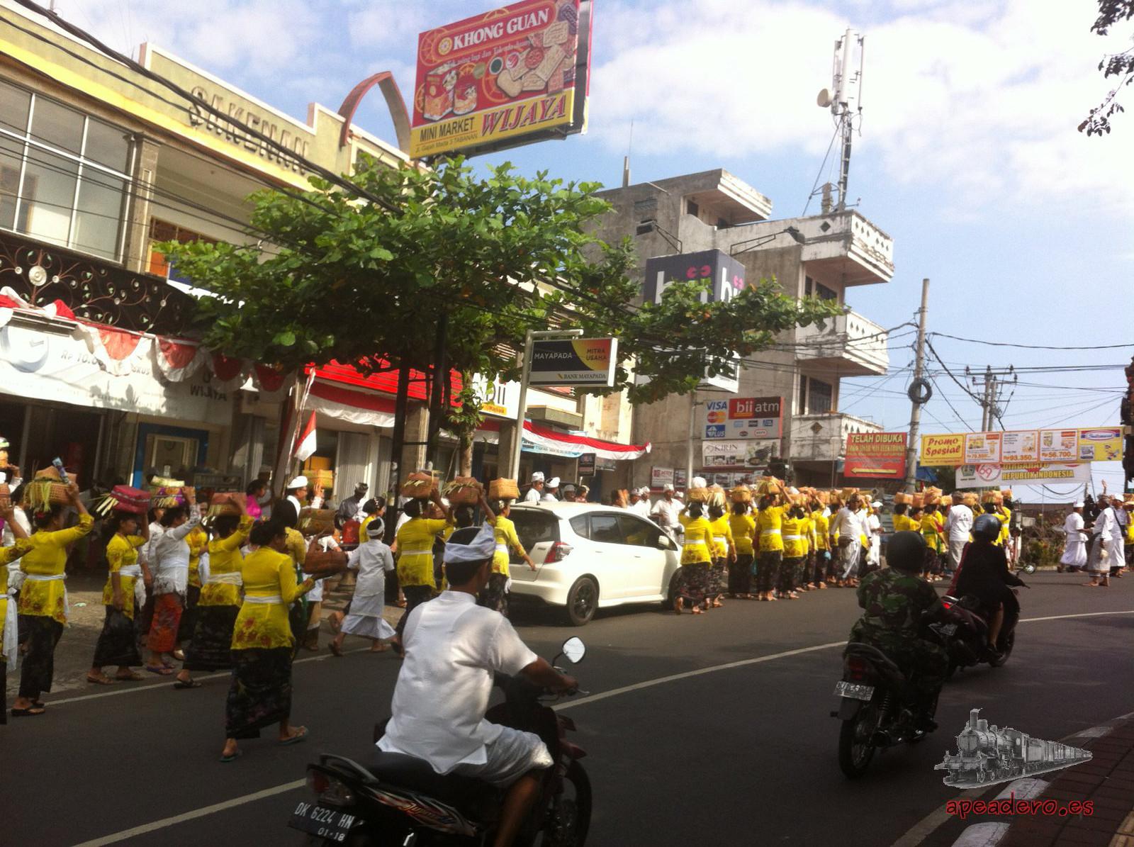 Es frecuente encontrarse con algún tipo de ritual en Bali. Este lo vimos mientras estábamos en una pequeña ciudad buscando un mercado.