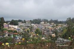 Estampa de la ciudad de Ooty desde el jardín de rosas.