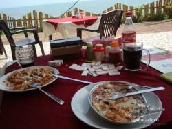 La vida en Varkala es esto, playa, buen tiempo, buenas comidas, un libro, diversión... El descanso del viajero.