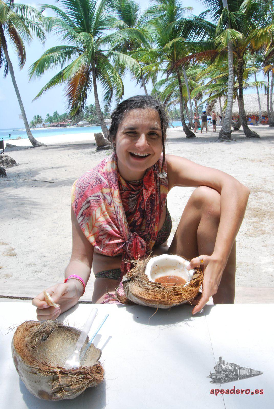 Los cocos que hay en la isla son de los Guna, pero nadie te va a impedir comerte todos los que caigan cerca de ti... o usarlo como plato. Ah, cuidado con los cocos, caen muchos y tienen mucho peligro. Montad la tienda en un lugar seguro.