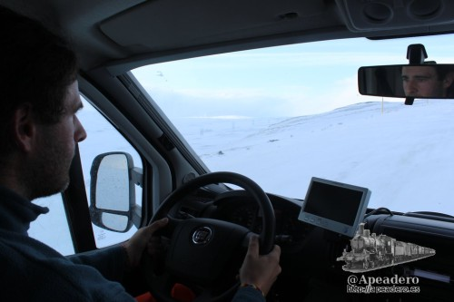 Conduciendo en tensión. Como se puede observar por la ventanilla, no hay guardarrailes ni nada similar: los islandeses apenas tienen ningún elemento delimitador de las carreteras salvo los palos amarillos.