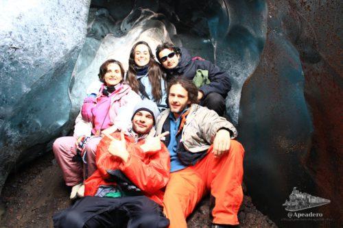 La primera cueva de hielo que encontramos era pequeña y tenía pinta de que no duraría mucho. Las fotos no hacen justicia.