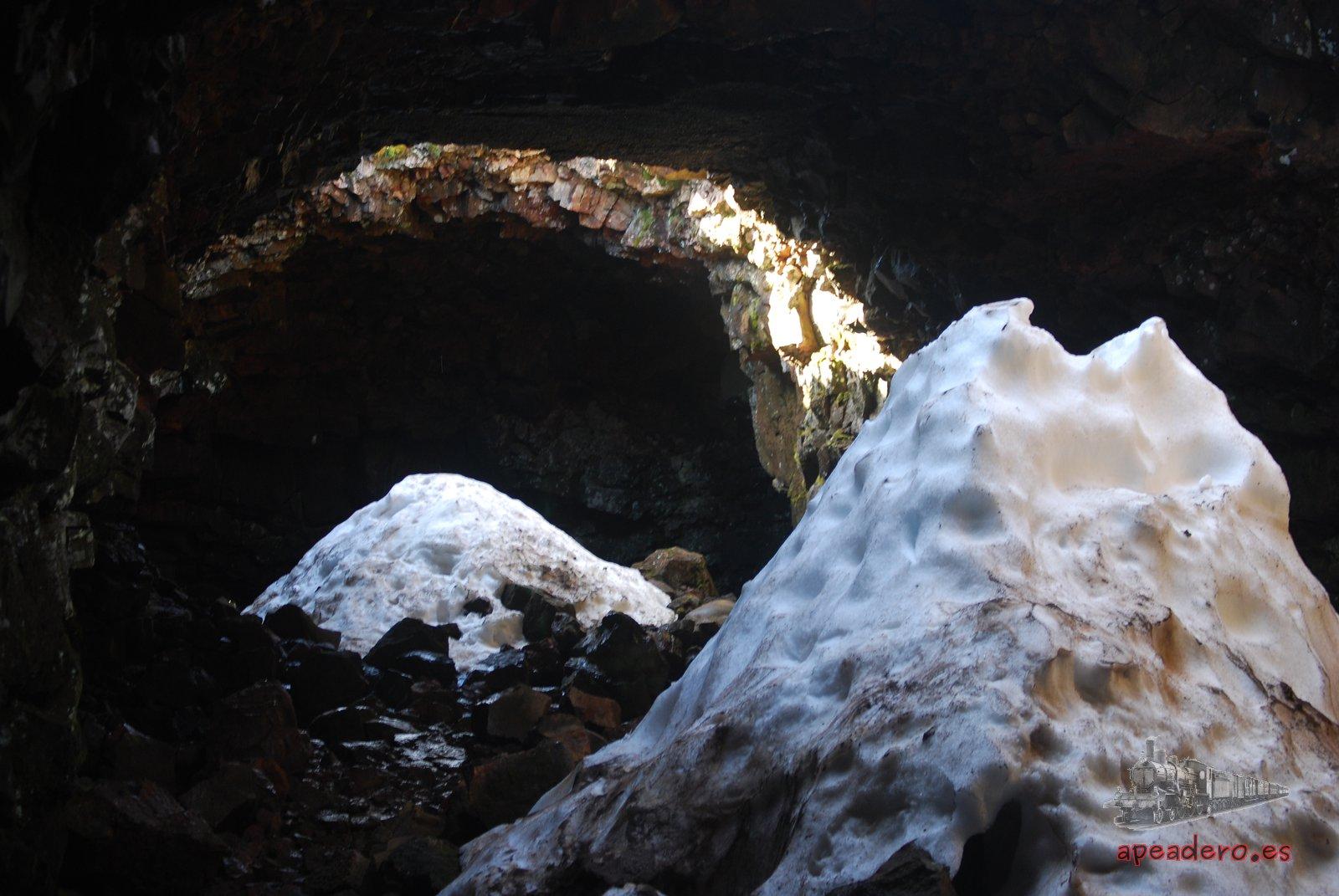 """En el exterior no quedaba ya nada de nieve, pero dentro de la cueva se conservaba la nieve caída durante el invierno. Me recordó bastante a los """"pous de neu"""" que tenemos en Valencia y Alicante."""