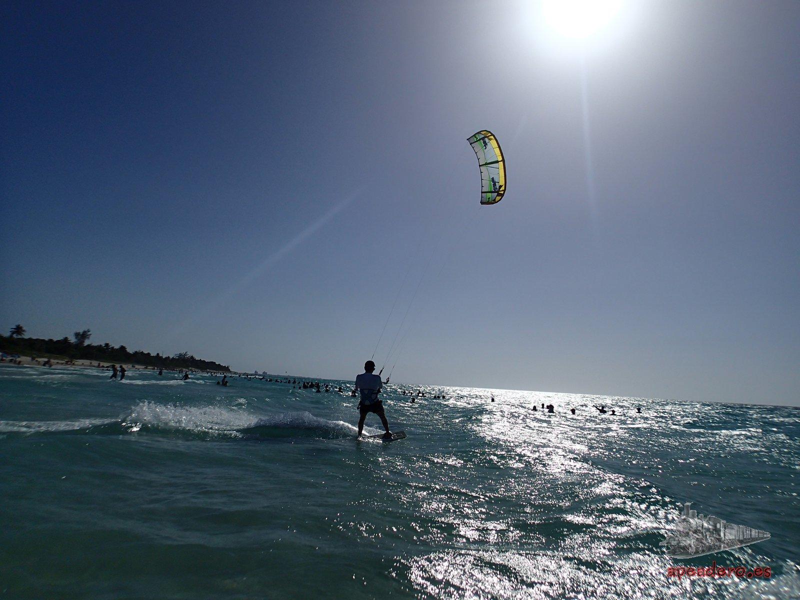 En todas las playas turísticas de Cuba, pero especialmente en Varadero, hay un montón de aficionados a los deportes acuáticos.