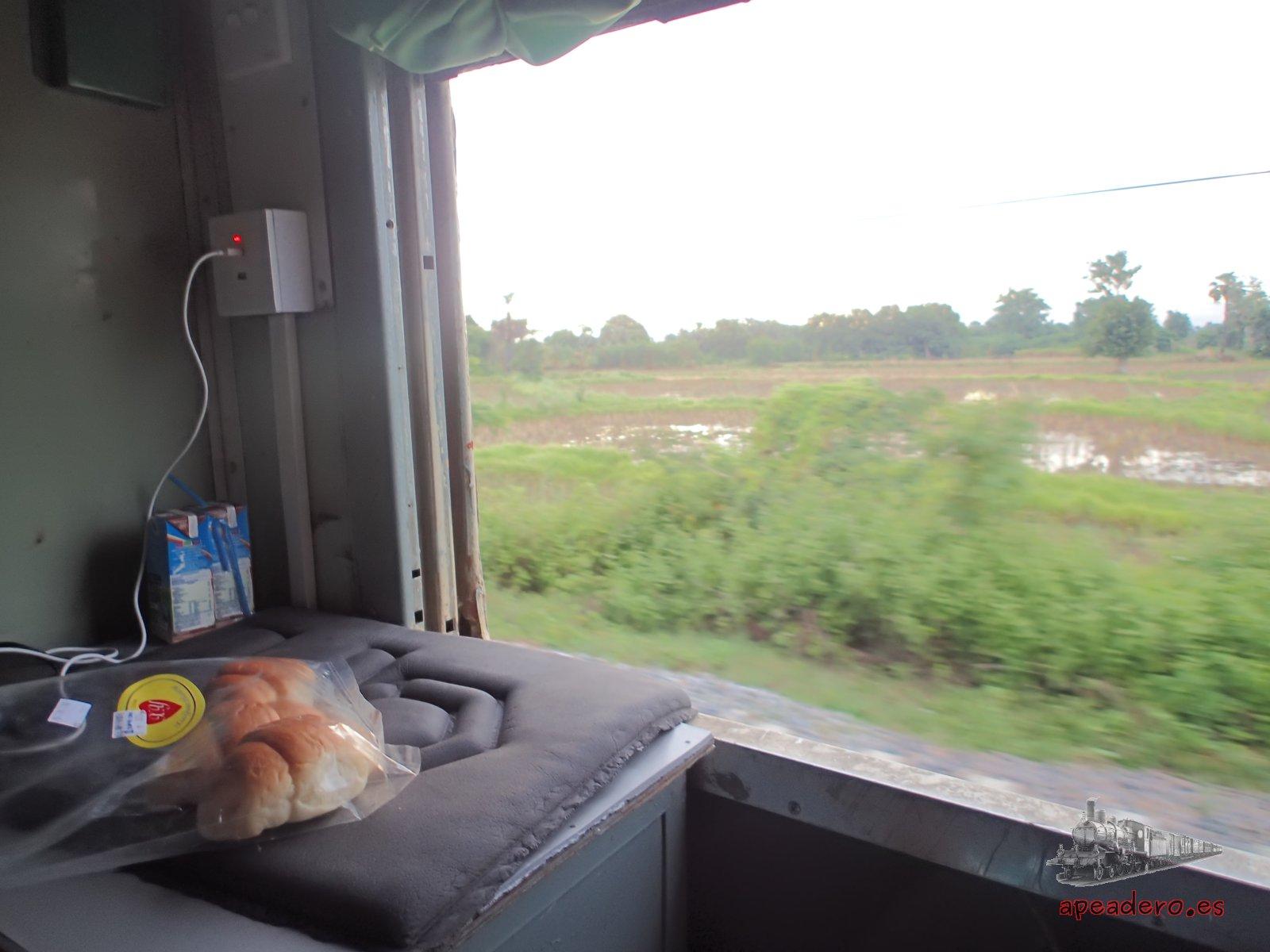Desayunando en el tren a Mandalay