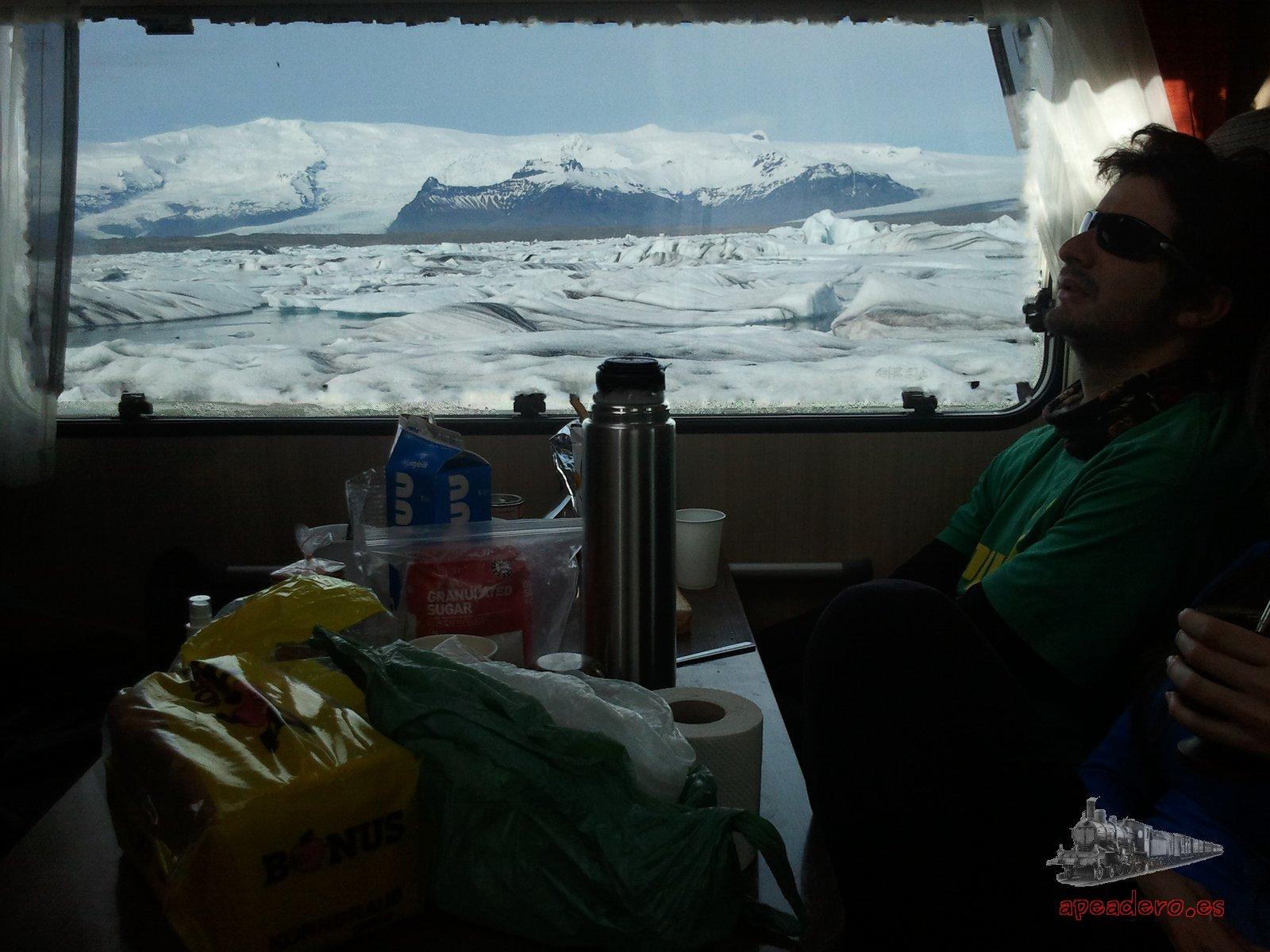 Desayuno con vistas. Era temporada baja y éramos 5 autocaravanas aparcadas, en verano puede haber overbooking y quizás sea interesante ir a la otra laguna glaciar.
