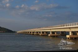 Este es el puente más grande de Tailandia visto desde la isla.