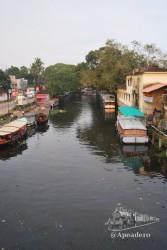 Esta foto está hecha desde un pequeño puente peatonal que hay cerca del embarcadero (que queda a mano derecha).