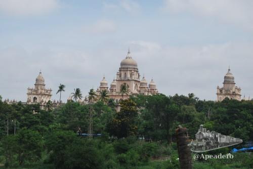 El hospital de Hyderabad visto desde la otra parte del río.