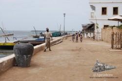 La playa de Lamu en su tramo urbano se convierte en puerto pesquero.