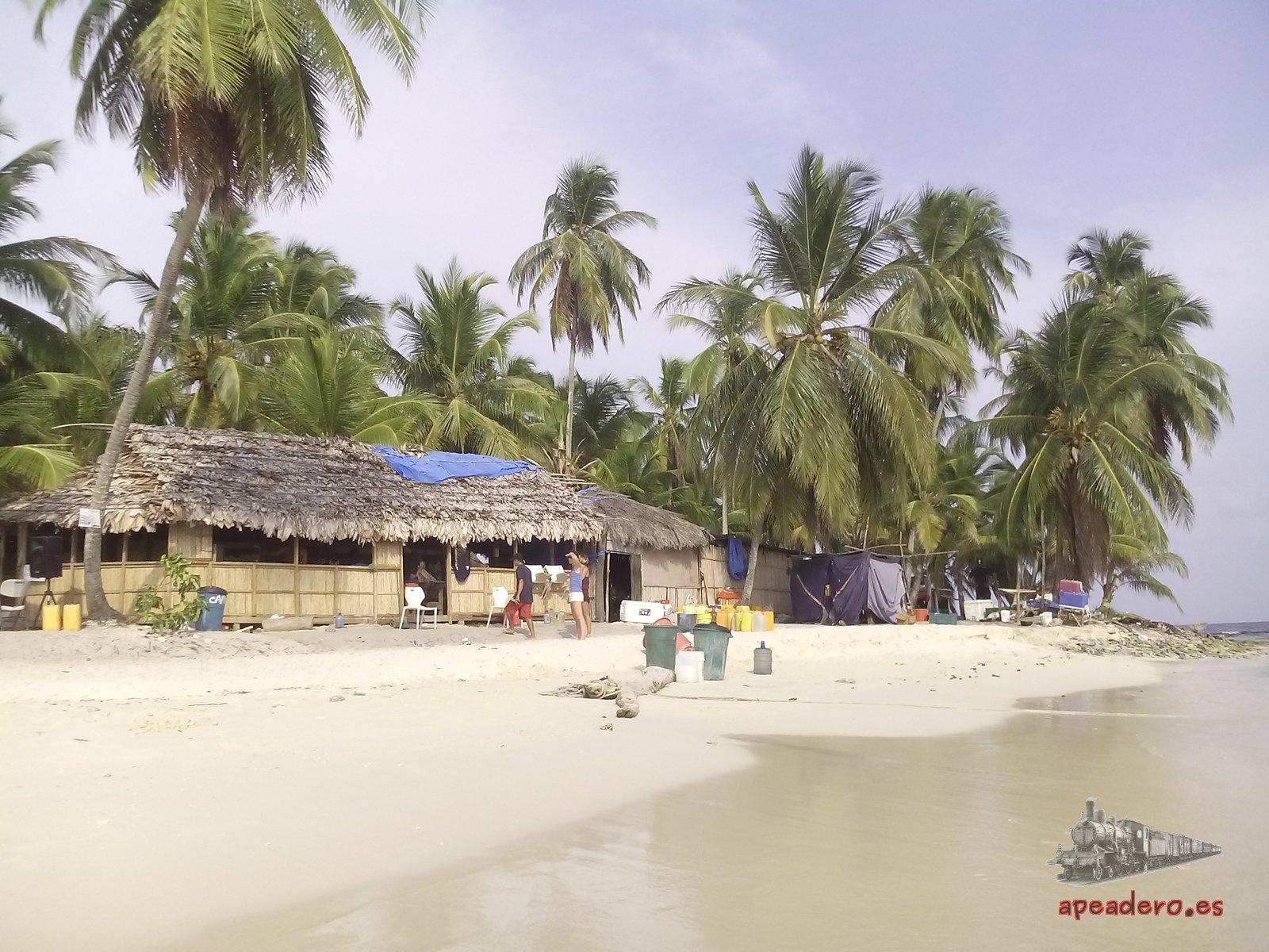 La cabaña más grande de la isla suele ser el restaurante.