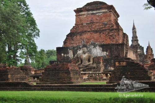 Las ruinas de Sukhothai son tal cual en la foto: zonas verdes, templos de ladrillo rojo y figuras de budas, todo ello rodeado de lagos y canales.