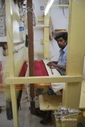 Aunque sea un poco artificial, lo único de algo de interés de una tienda de saris es ver cómo los fabrican.