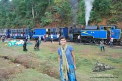 El curioso tren de las nubes recorrer los montes azules (nilgiris) empujando en vez de arrastrar.