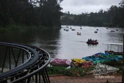 El pequeño parque de atracciones y el embarcadero de barcas de pedales y remos está pegado el uno al otro.