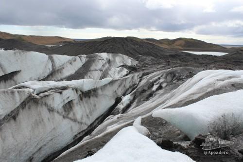 El lugar por dónde se sube al glaciar se mezcla con la tierra, por lo que encontrarás mucho barro y hielo sucio como el de la foto. Al principio camina muy poco a poco y asegurando cada paso.