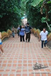 Las escaleras para subir a Doi Suthep son impresionantes. Y justo cuando estás arriba es cuando te quieren cobrar sin avisarte...