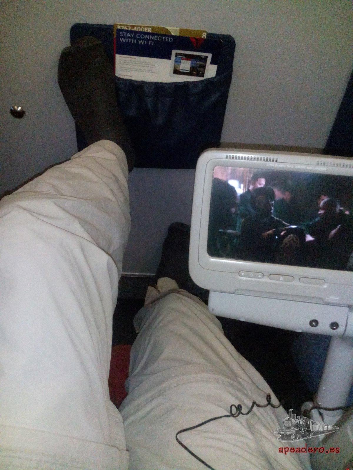Depende del lugar del avión el asiento de emergencia es mejor o peor, pero SIEMPRE es mejor que el asiento de clase turista normal.