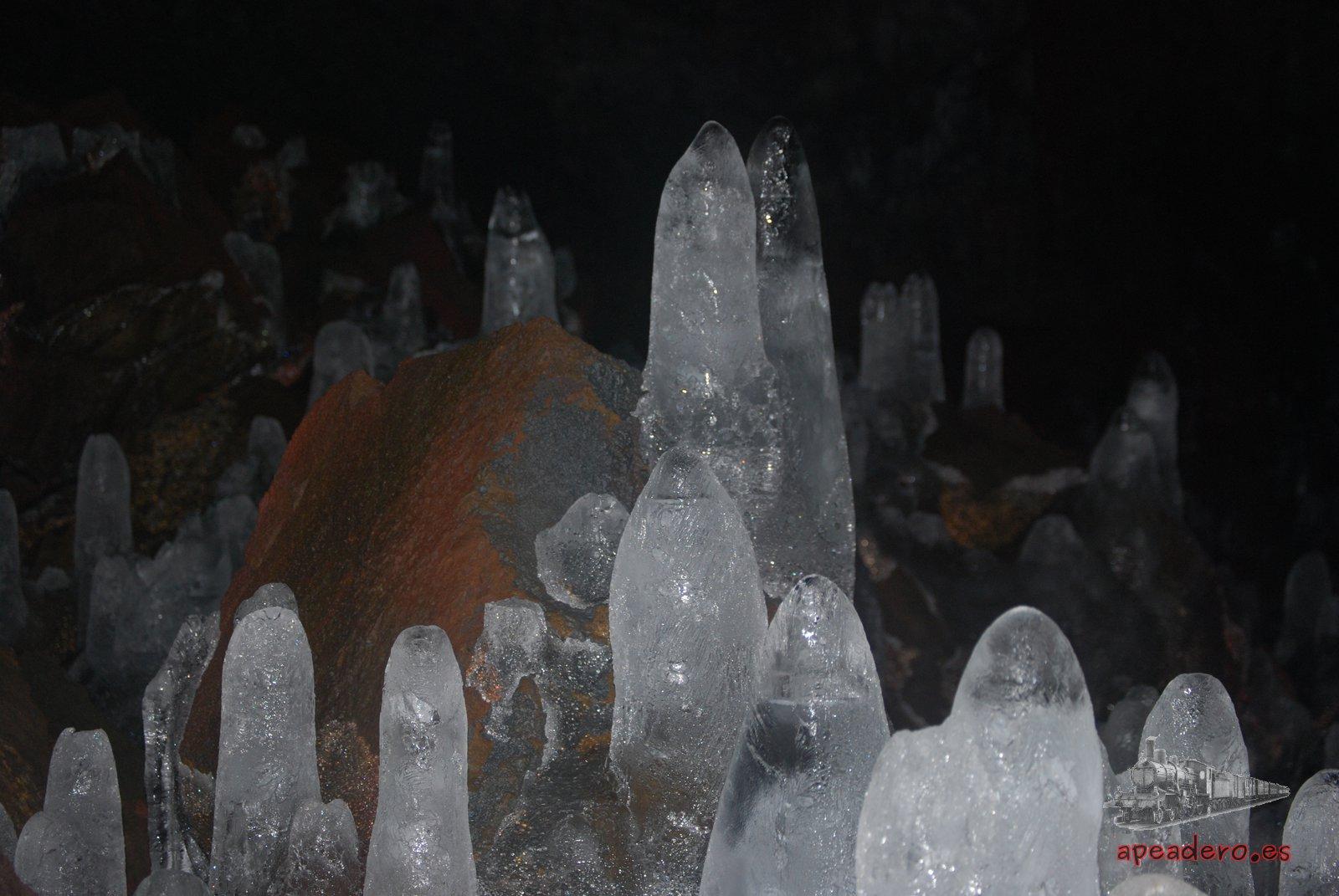 Dado que se trata de un tubo de lava, no hay estalagmitas y estalactitas como tal, solo existen las que se producen por el frío extremo.