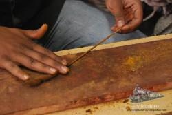En el mercado nos hicieron una demostración de cómo se hacen las barras de incienso por el método tradicional. Un chico muy enrollado y su padre. Buenos embaucadores, por cierto :)